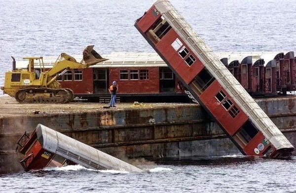 عربات قطار يتم إغراقها