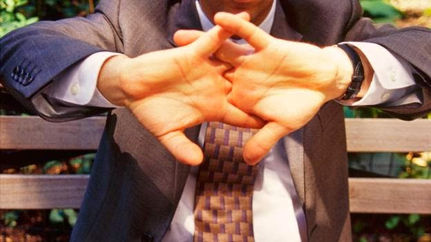 هل فرقعة أو طقطقة الأصابع عادة مضرة ؟