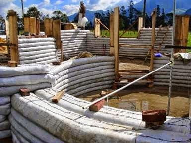 كيف تبني بيتاً رائعاً من أكياس الرمل أو الطين و الأسلاك الشائكة ! 4