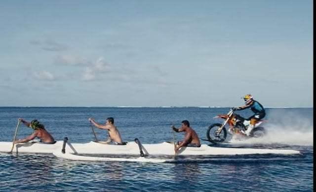 فيديو : حكاية رجل تمكن من السير بدراجته النارية فوق الماء 4
