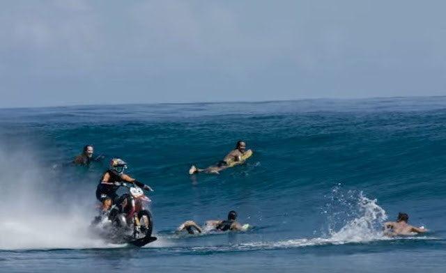 فيديو : حكاية رجل تمكن من السير بدراجته النارية فوق الماء 7