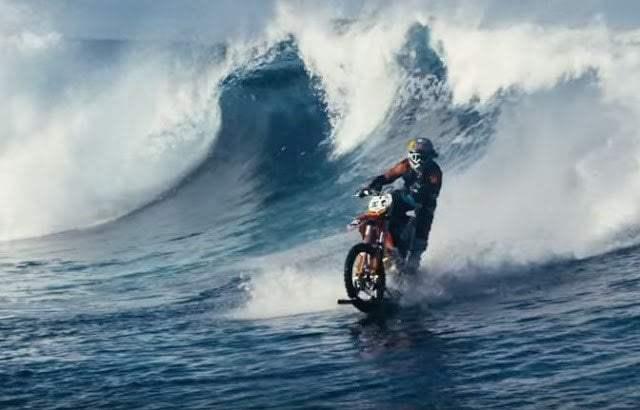 فيديو : حكاية رجل تمكن من السير بدراجته النارية فوق الماء 8