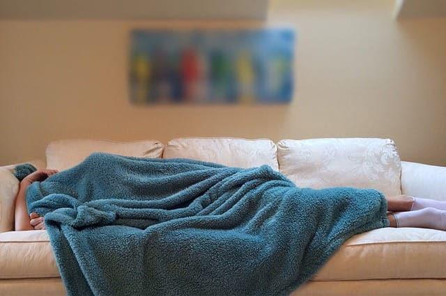 6 مشاكل صحية خطيرة قد تسببها تغطية الرأس أثناء النوم