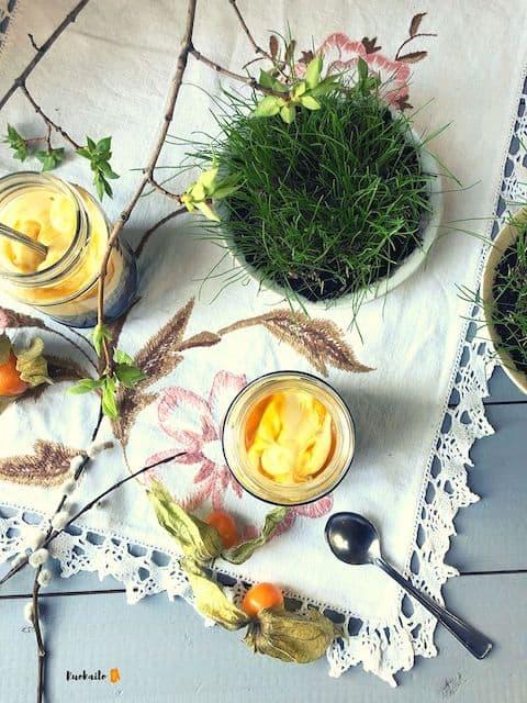 Vegaaninen juhlava pääsiäisen jälkiruoka mämmi-ciavanukas mangovaahdolla ja ananaskirsikoilla. Musta, harmaa, keltainen ja oranssi, resepti, ohje. Gluteeniton.