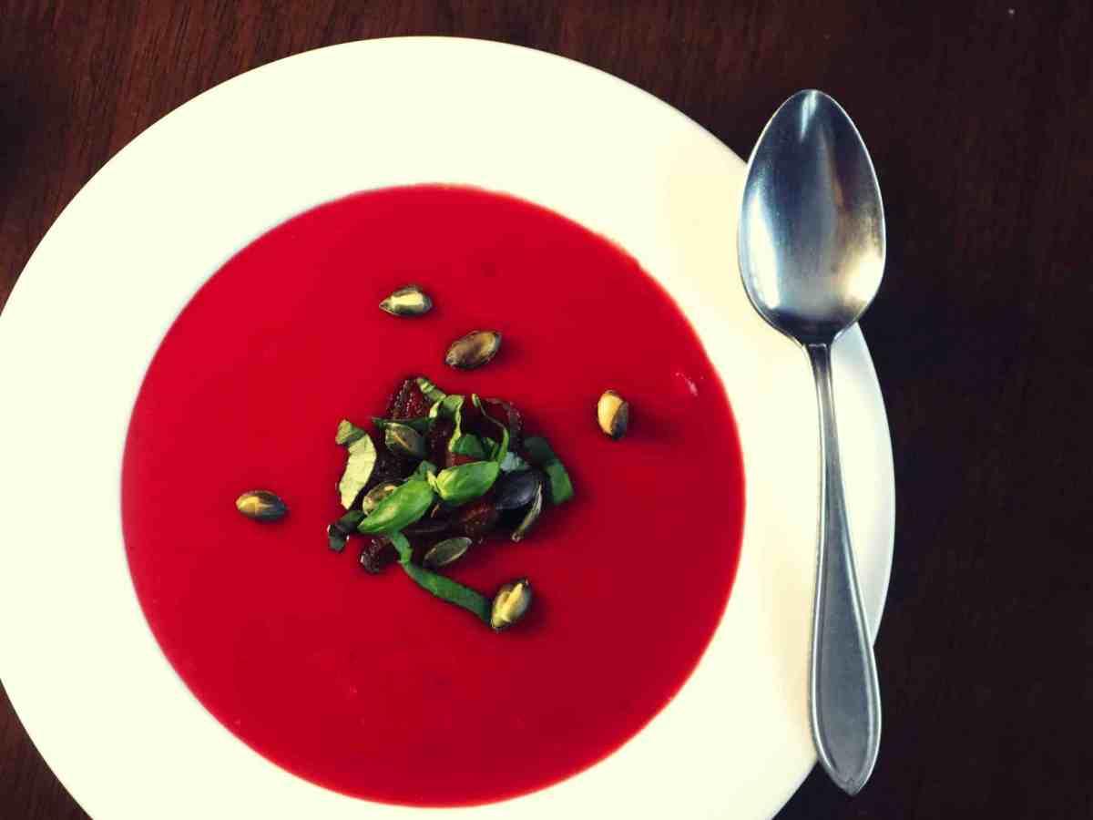 Punajuuri sosekeitto punainen vihreä linssi kuivatuilla hedelmillä, resepti ohje vegaaninen, kasvis, maidoton kasvisruoka gluteeniton viljaton sesonkiruoka lähiruoka punajuuri keitto sosekeitto resepti ohje kokkikurssi kokkauskurssi kurssi vegaani helsinki espoo vantaa