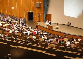 Die klassische Form der Vorlesung: Der Professor redet, die Studenten hören zu. Das könnte sich bald ändern. Bild: Treffer / wikimedia commons (https://de.wikipedia.org/wiki/RWTH_Aachen#/media/File:Vorlesung_Uni_Aachen.JPG), Lizenz: CC BY-SA 3.0 (http://creativecommons.org/licenses/by-sa/3.0/)