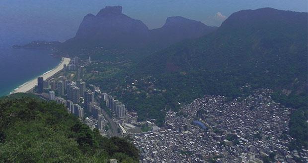Hochhaussiedlung und Favela Rocinha. Bild: Antonia Felber