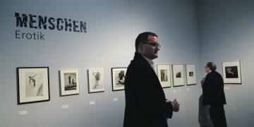 Jonas Braus, der Sohn des Sammlers, bei der Ausstellungseröffnung im Kurpfälzischen Museum. Foto: Nicolaus Niebylski