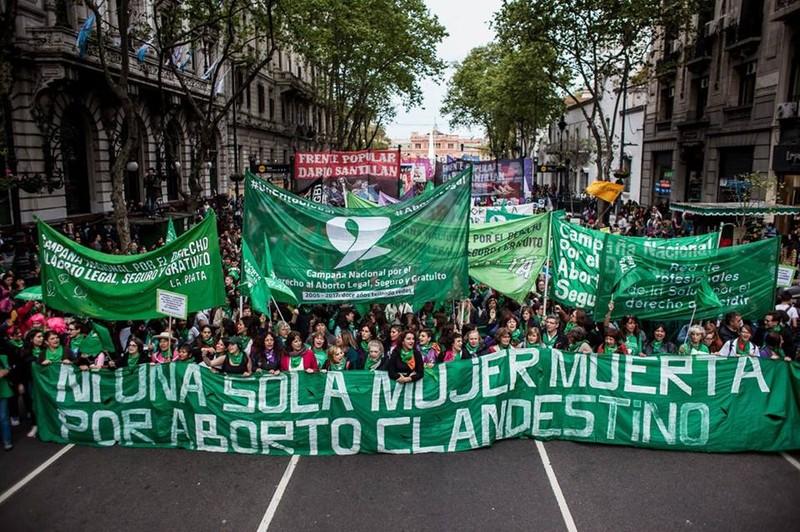 """Die Demonstrierenden fordern: """"Keine weitere Tote durch heimliche Abtreibung"""" Foto: https://www.facebook.com/comunicacion.emergentes/"""