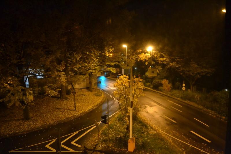 Die Kreuzung am Karlstor ist nachts besonders stark beleuchtet. Foto: Hannah Steckelberg