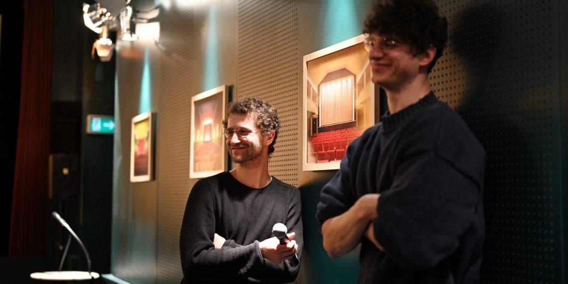 Kennen sich mit Robotern aus: die Regisseure Janek Totaro und Johannes Kohout im Karlstorkino. Foto: Nicolaus Niebylski