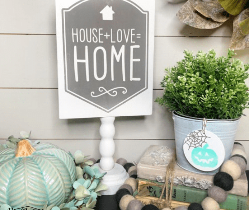 Learn to make this repurposed spindle sign!! This is the perfect fall farmhouse home decor DIY idea. #rustictorchardhome #upcycleddiy #spindles #fallfarmhousedeocrdiy #falldiyproject