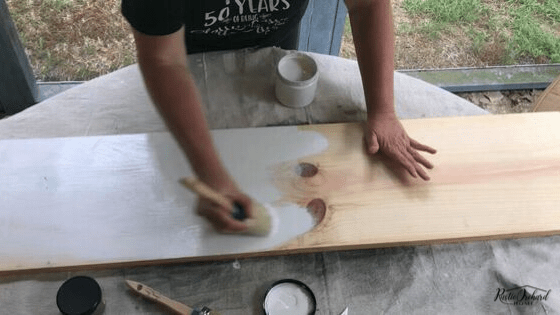 Learn to make a distressed wood sign with this DIY home decor tutorial. #rusticorchardhome #diyhomedecor #diyhomedecortutorial #distressedwoodsign #woodensigndiy