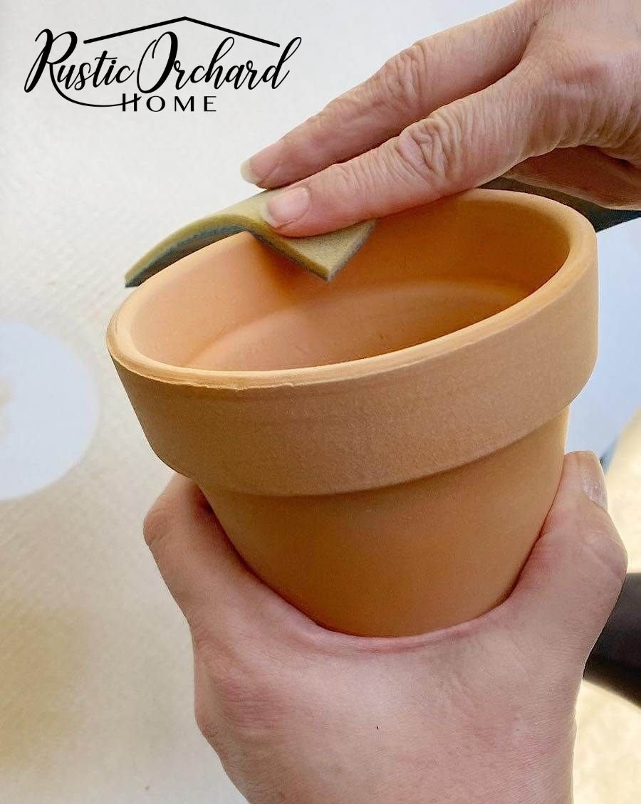 Learn how to paint terra cotta pots with this great upcycling DIY décor idea.