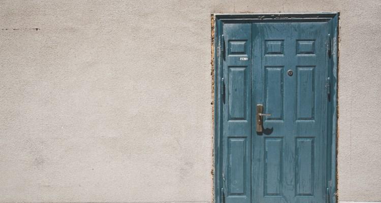Blauwe deur in grijze muur - innerlijke kritische stem stoppen Rust in mijn hoofd coaching Wendela van Beek