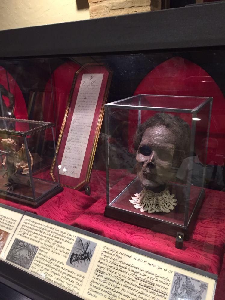 Exposición Brujería: Objetos Insólitos y Criaturas Fantásticas