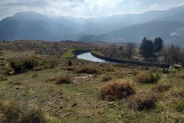 Pequeño embalse con sierra de Aloña y Montes Vascos al fondo
