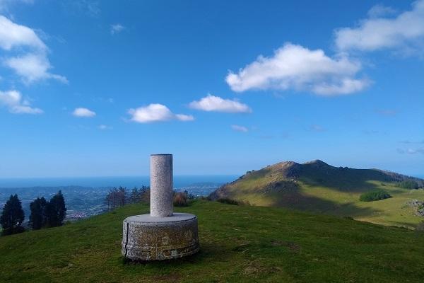 Cima del Onddo con vistas del mar y el Adarra