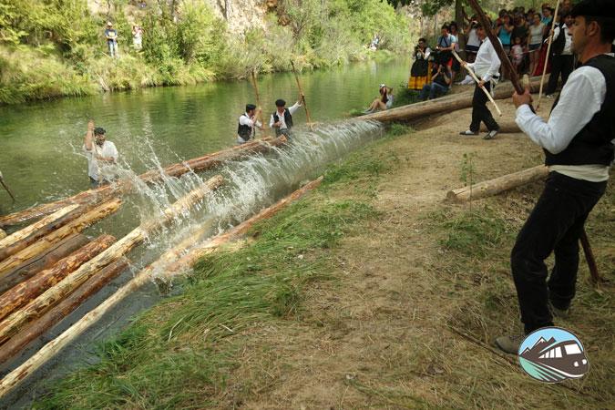 Echando los troncos al río - Fiesta de los Gancheros