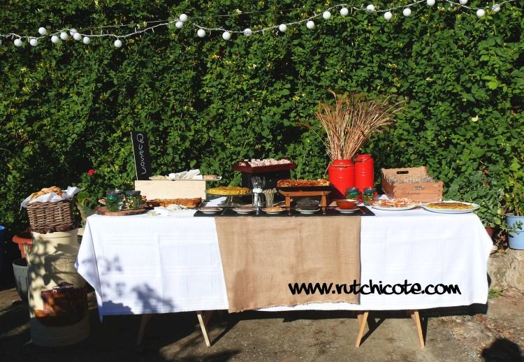 Mesa-buffet-para-una-merienda-en-el-jardín