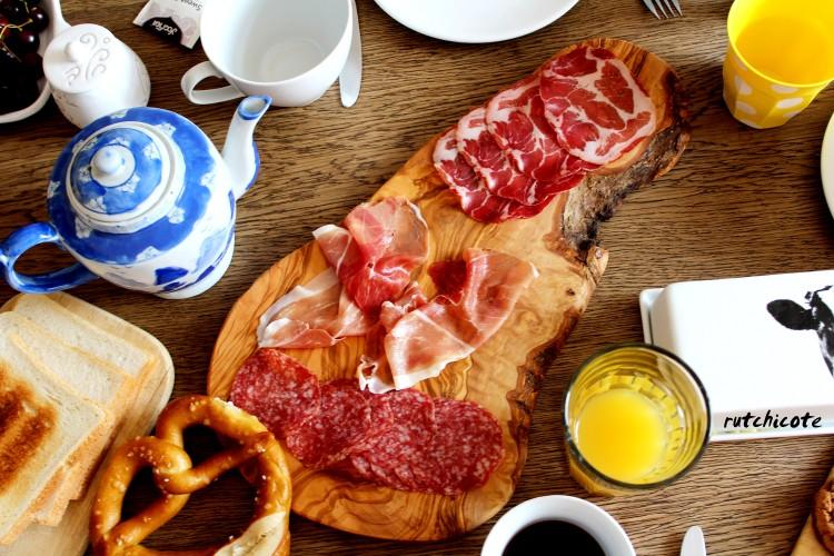 Desayuno-berlines-plato-madera-de-olivo