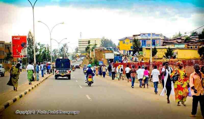 Faubourg de Kigali Rwanda. Circuit safari 8 jours Rwanda Congo
