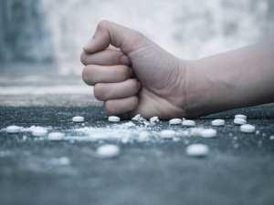 hand crushing opioid pills