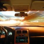 Naprawa szyb samochodowych – klejenie czy wymiana?