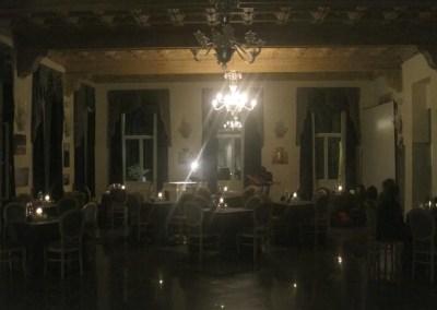 La sala è allestita in attesa del pubblico