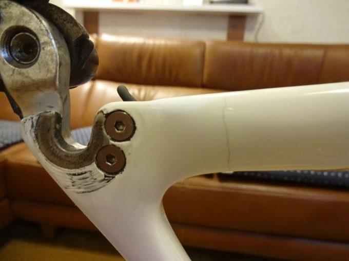 髪の毛1本ほどの亀裂がカーボンロードバイク