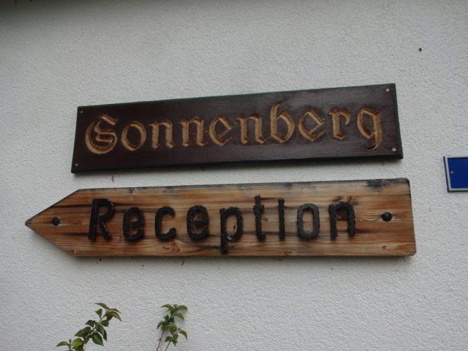 ホテル ゾンネンベルクの看板