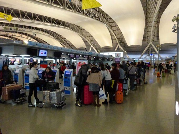 中国国際航空チェックインカウンターは長蛇の列