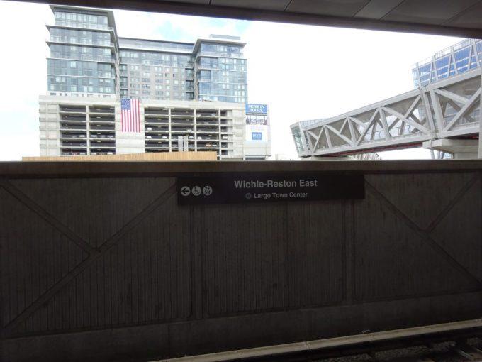 ウィーリー・レストン・イースト駅ホームに降りると出発したところ