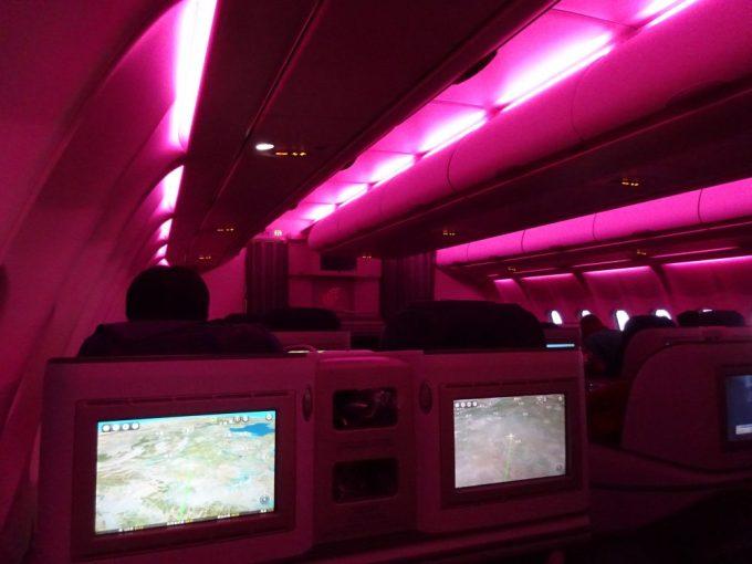 朝の照明はピンク色