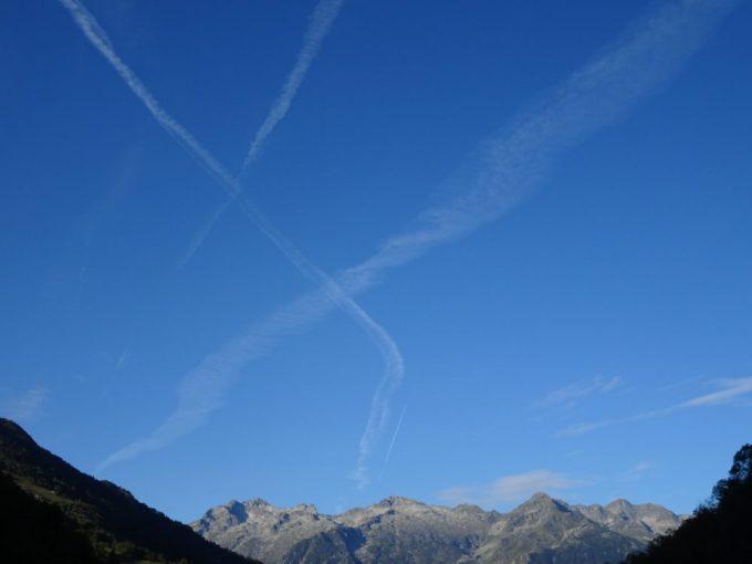 空がキレイ、飛行機雲で✖マーク