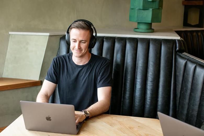 Blogger che lavora alla pianificazione dalla caffetteria Ryan Robinson