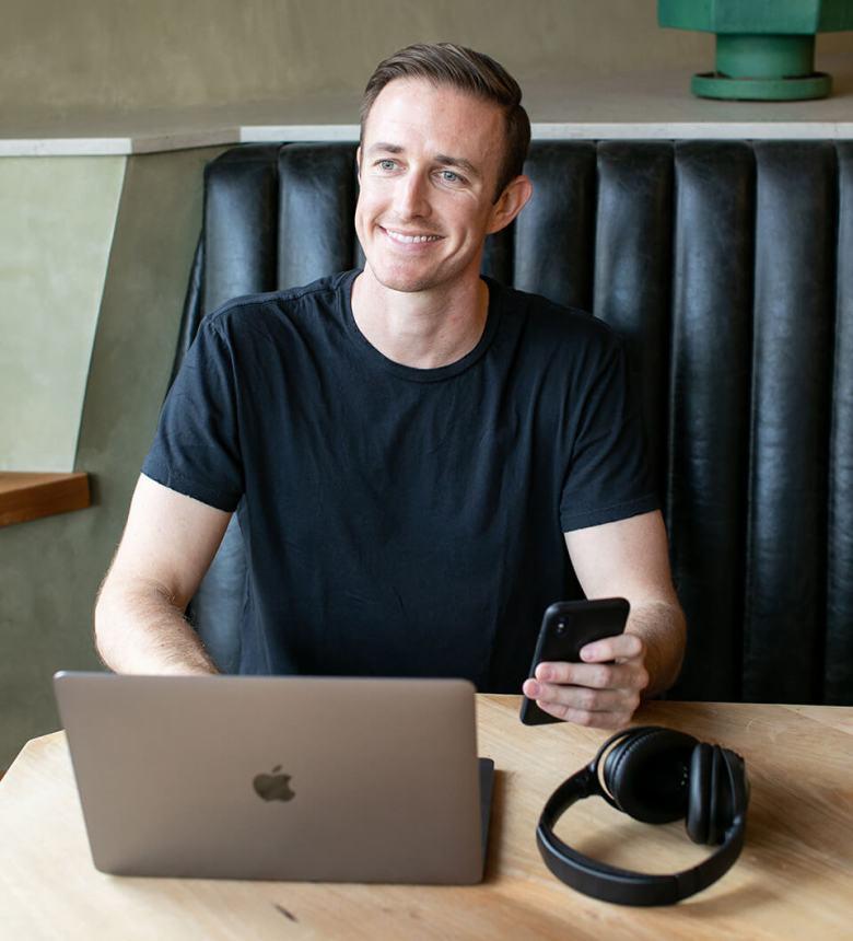 Ryan Robinson Blogger che lavora nella caffetteria in un blog Business Plan