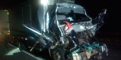 Colisão entre caminhões mata pai e filho em Itapissuma