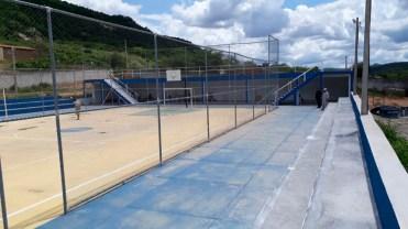 Djalma Alves e Sec. Claudeci Paulino inspecionam obra da Quadra do Estádio Municipal – Foto: Divulgação