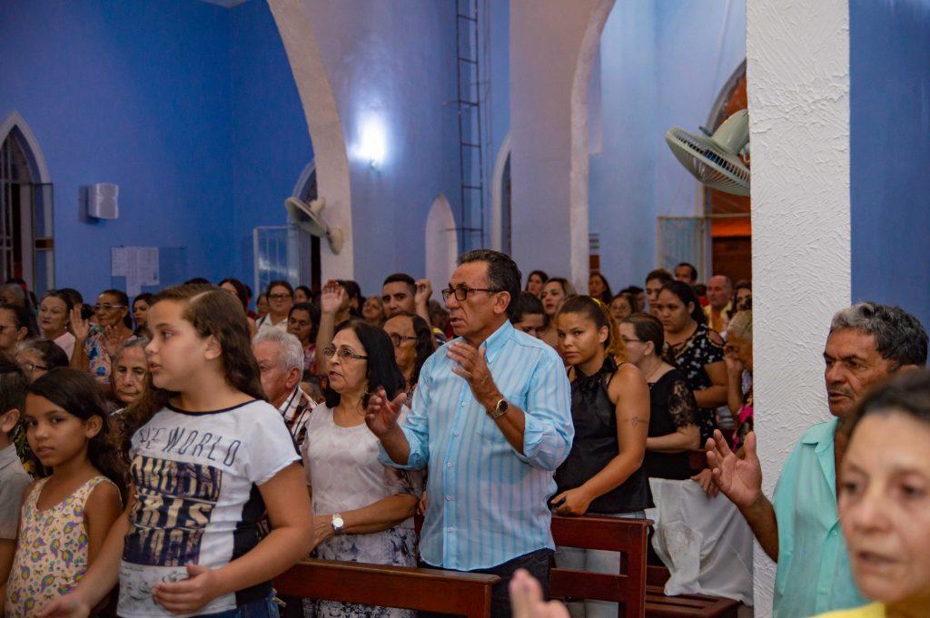 Distribuição de presentes na missa de dia das mães pela Prefeitura de Solidão – Foto João Santos/ S1 Notícias