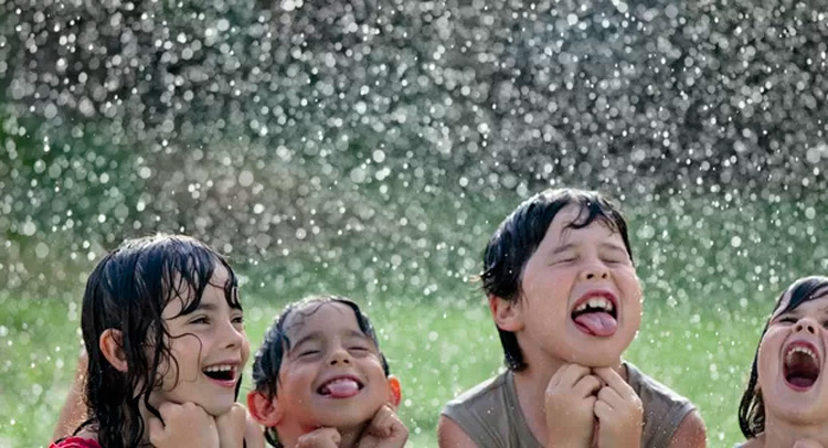Pediatra derruba mito de que tomar banho de chuva adoece