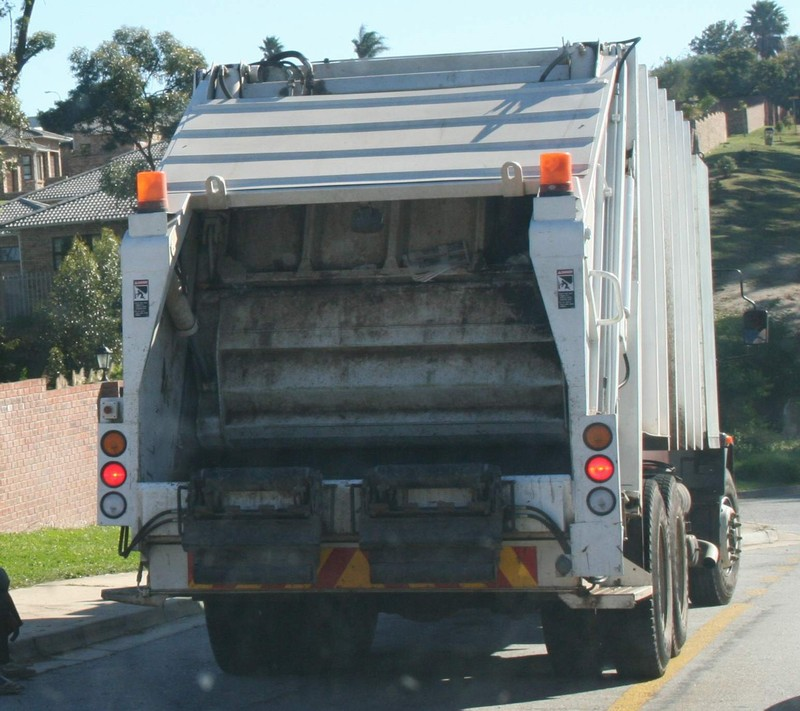 https://i2.wp.com/www.sa-transport.co.za/trucks/m-b/mercedes_garbage_truck.JPG