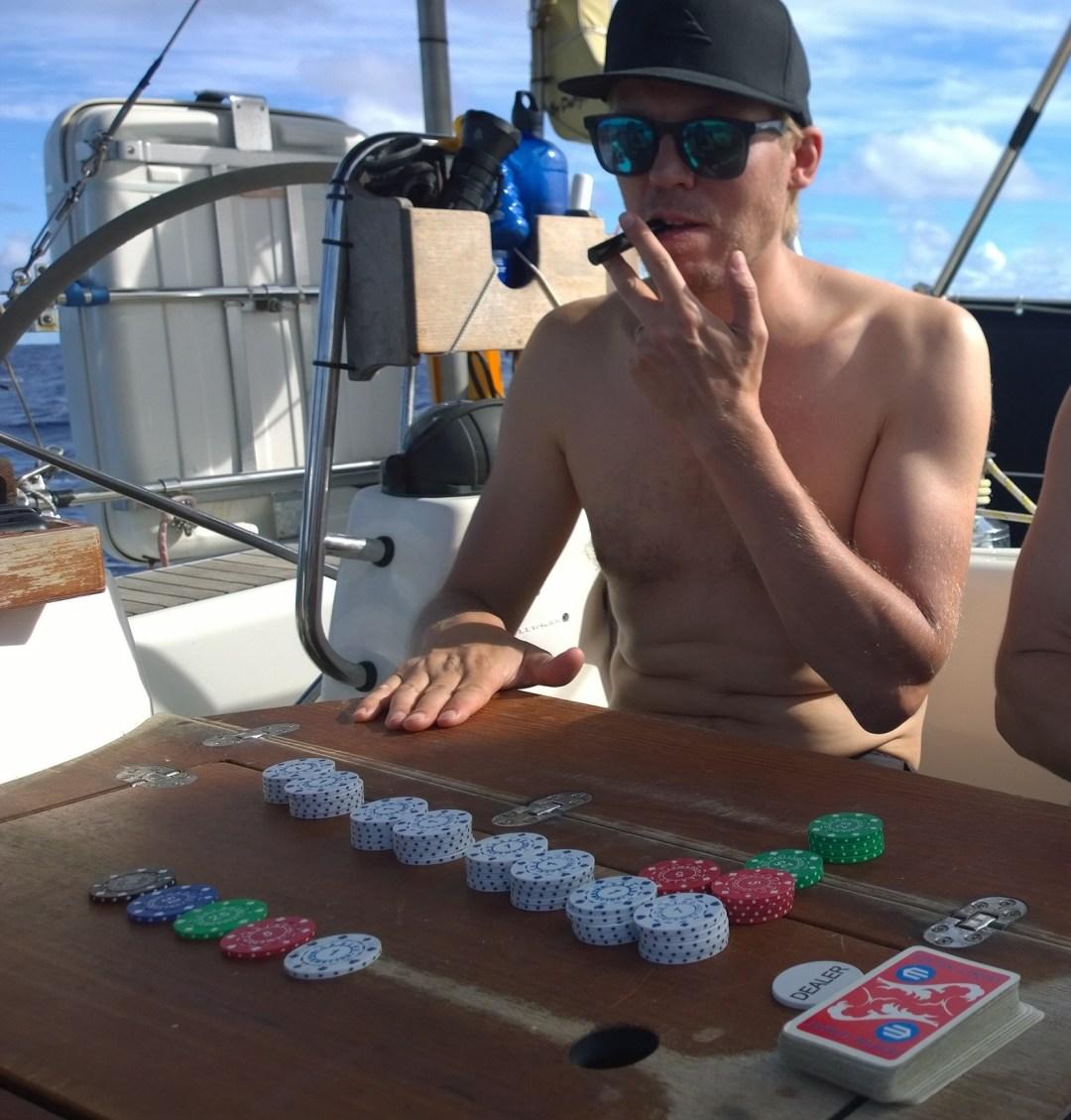 Näyttää suorastaan paheelliselta, että sikaaarejako siellä veneellä poltellaan. Ehei, Taktikko jakoi ensimmäisen pokeripelin kunniaksi meille lakupötköjä uskomattomista karkkivarastoistaan!