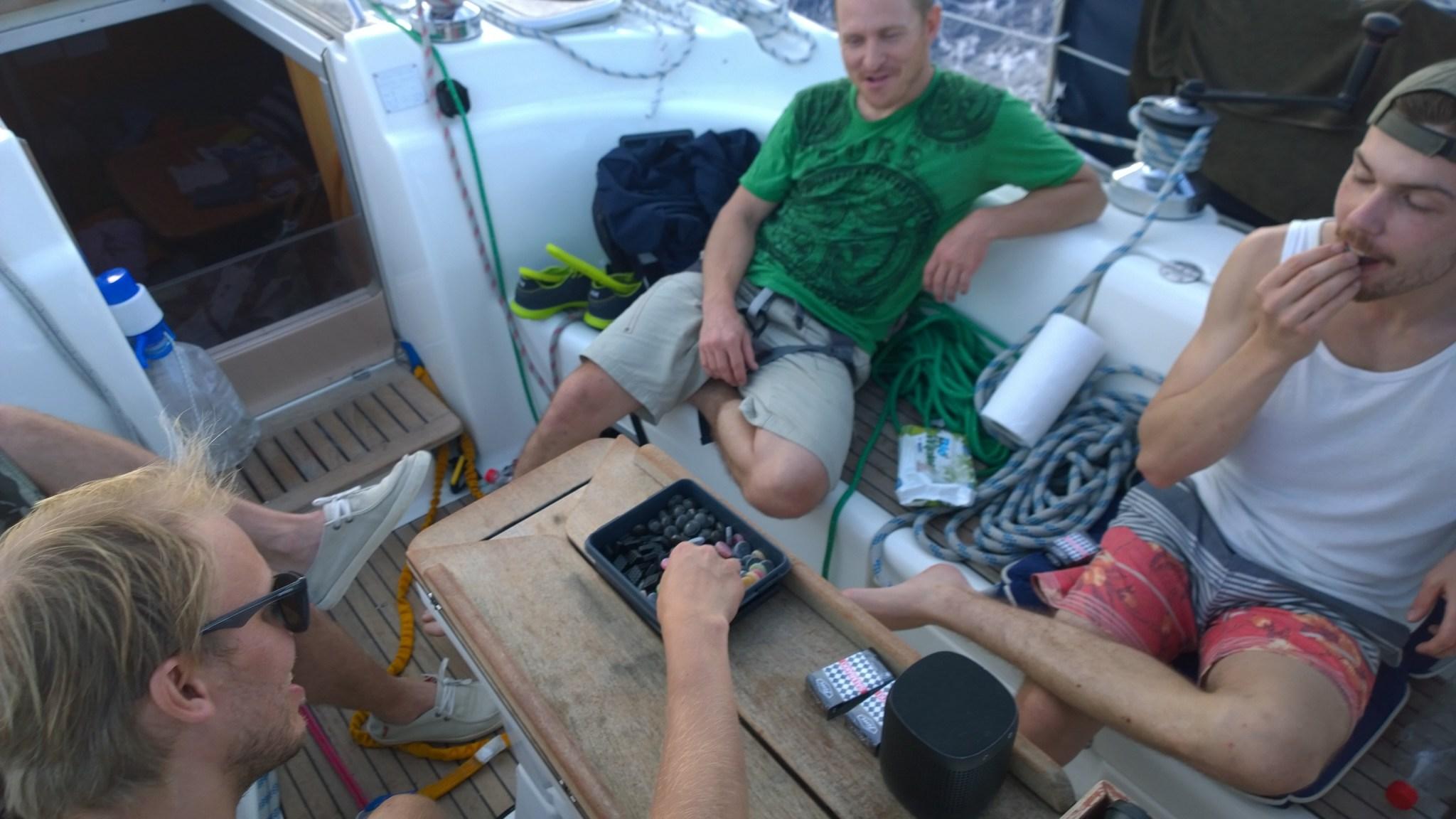 Jos spinnumanööverit ei oikein huvittanut, saatoimme tehdä Pertun kanssa diilin, että saamme karkkipussin, kun purje on vaihdettu tms. Toimi hyvin!