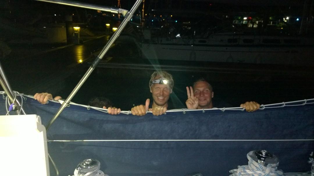 Onko tontut kurkkimassa veneen laidalla? Tiksistä näkyy enää sormet, kun Risteilyisäntä ja MeridenOptergon Mikko poseeraavat veneen laidalla.