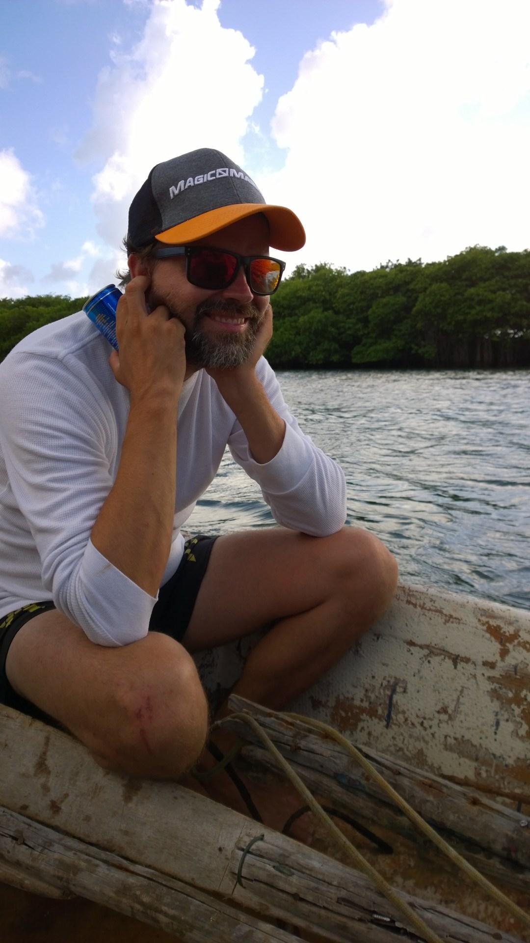 Veneen moottorista puuttui koppa, se oli maassa veneen pohjalla. Pärinä oli sen mukaista ja Jaakko, joka istui moottorin vieressä, sai pitää korvista kiinni, ettei menettäisi kuuloaan.