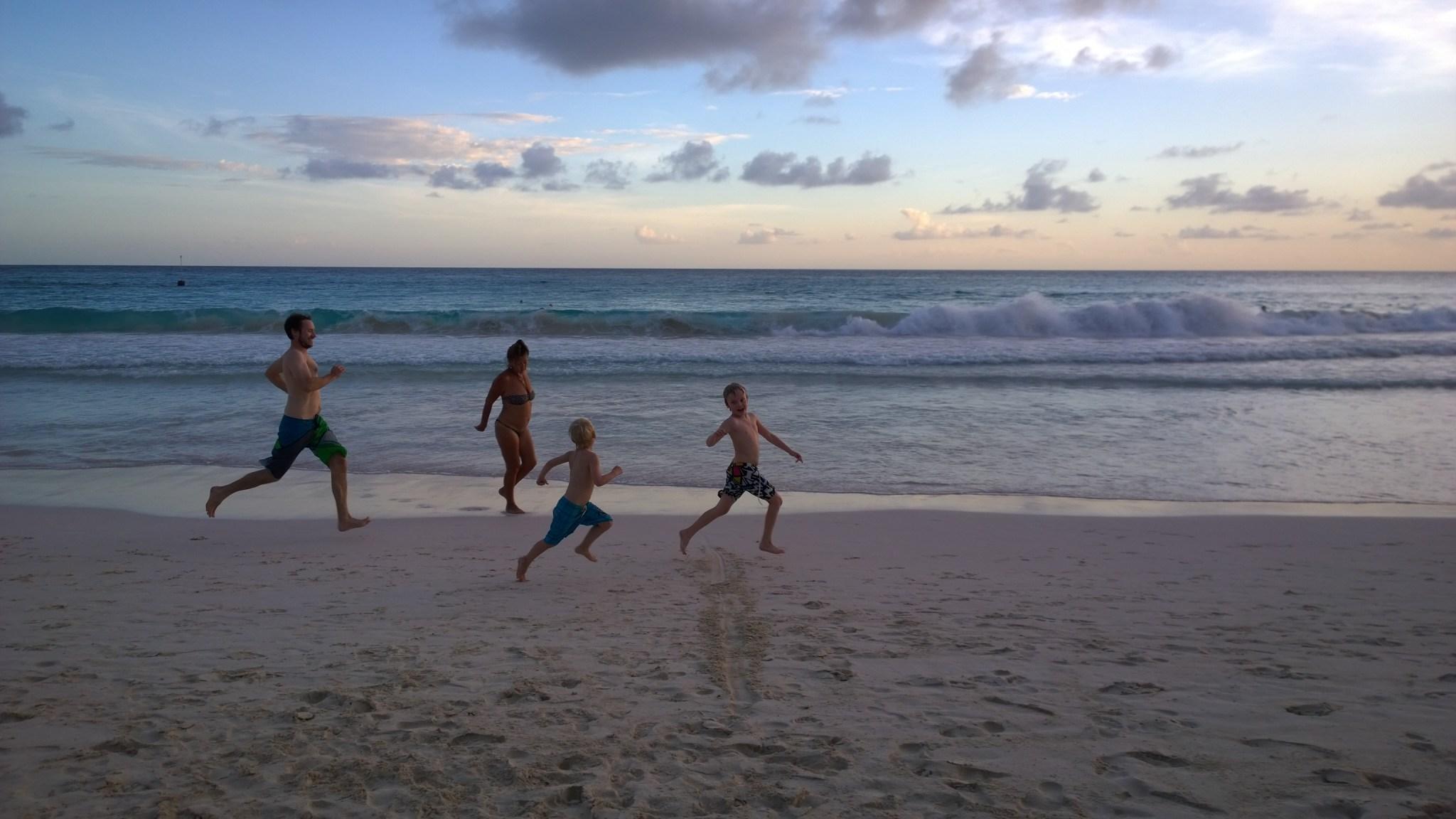 Pojat ottaa skabaa ja isä jää metrejä jälkeen! Samalla merestä nousee ehkä hivenen humalainen rouva, joka on hetken päästä rannalla iskemässä varttuneempia surffipoikiamme.