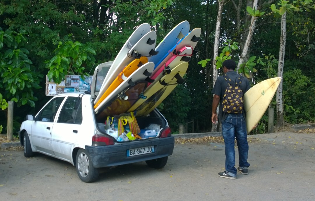 Näin laudat pakataan autoon, neuvoo paikallinen surffikoulun opettaja. Ennätys on kuulemma 15 lautaa.