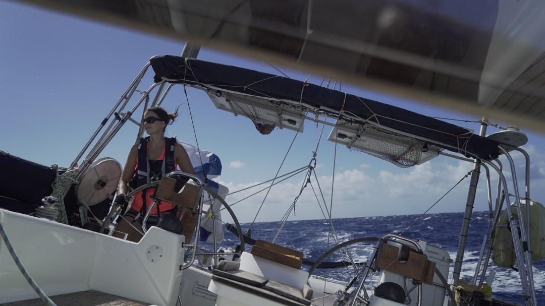 Tuuli alkaa ja aurinko paistaa! Tarkkailen seuraavaa mahdollista aaltoa, joka yrittää heittää veneen poikittain vastatuuleen. Muutama todella hyvän kokoinen osui kohdalle!