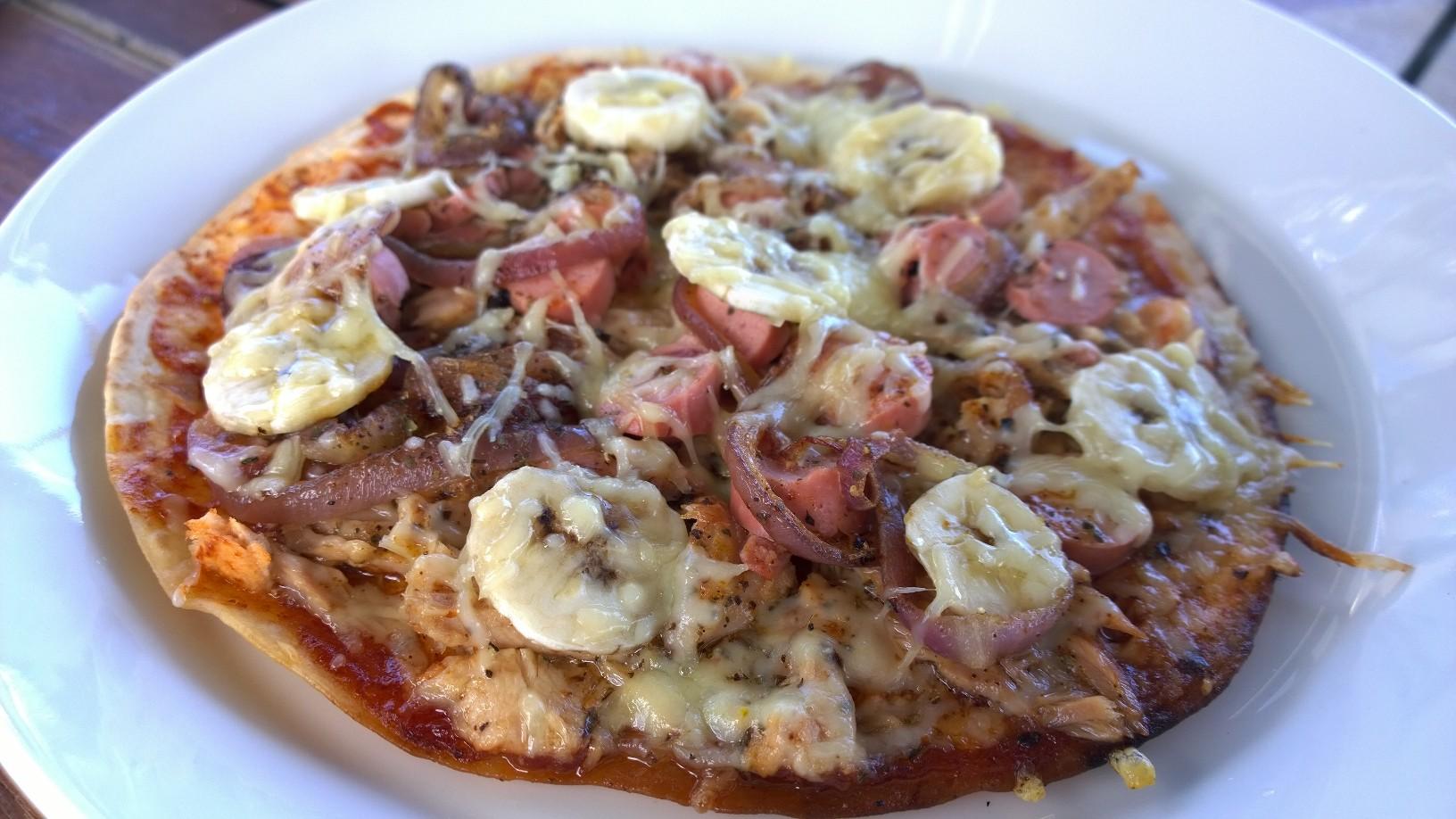 Tadaa! Pizzassa on tonnikalaa, bonitoa, nakkeja ja banaania! Oli vielä ok:n makuista. Että pistäkää paremmaksi!